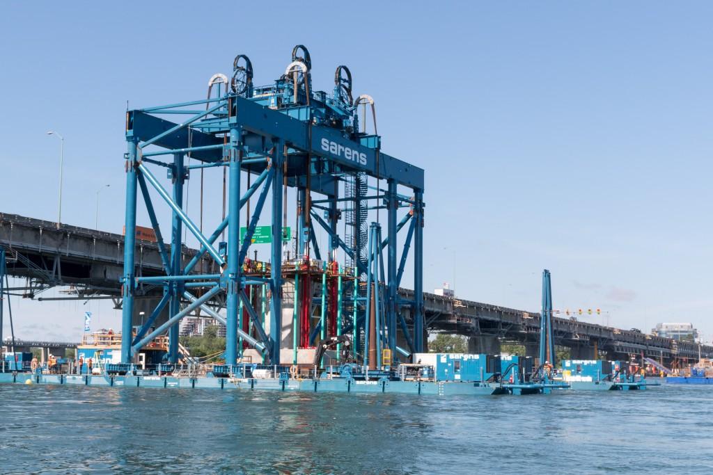 Installation de la première fondation dans l'eau